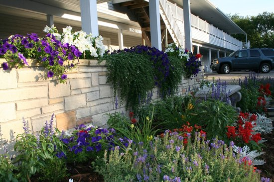 Green Lake InnLLC : Side flower beds
