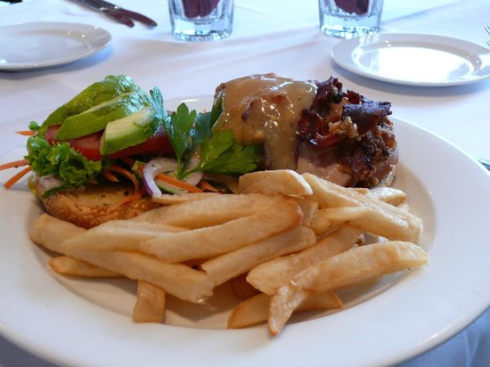 Oaks Restaurant Cafe & Bar: Cajun Spiced Chicken Burger