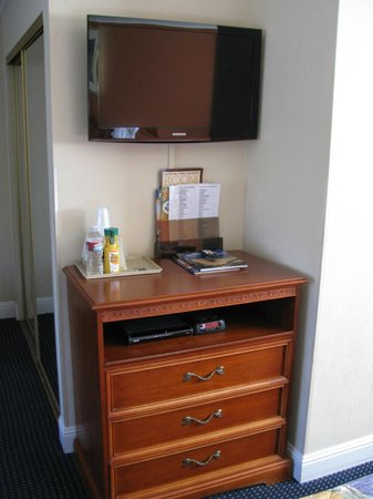 Super 8 Monterey/Carmel: flat screen tv area