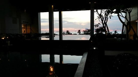 Mercure Padang: pool view at dusk
