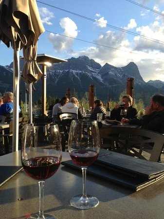 The Iron Goat Pub and Grill: Deck with view to Canadian Rockies over Canmore