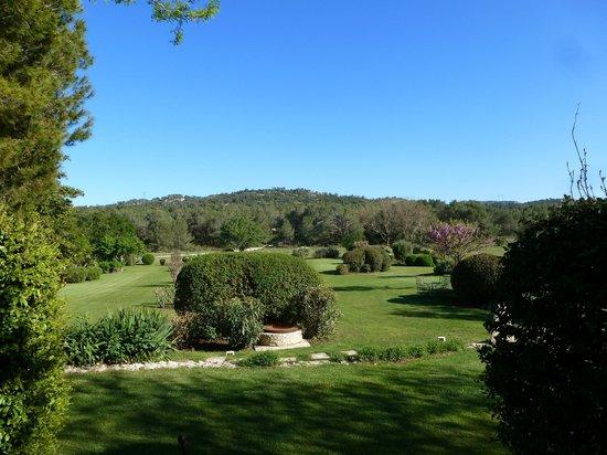 Le Mas De La Rose: The grounds are beautifully manicured