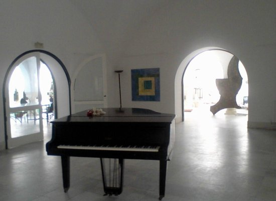George Sebastian Villa: Рояль в большом зале