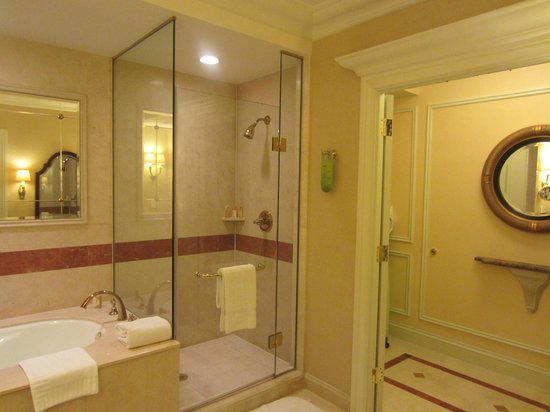 The bathroom picture of the venetian macao resort hotel for Venetian hotel bathroom photos