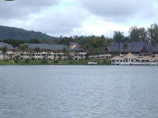 Outrigger Laguna Phuket Beach Resort: Het hotel van af het water van de Laguna