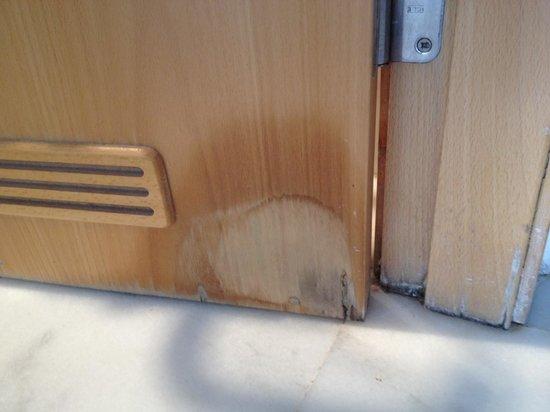 Marina Suites: water rotten door - really a 4 star?