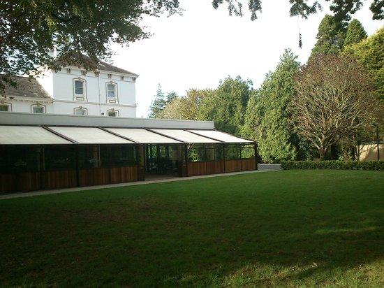 Rochestown Park Hotel: Vistas del pub del hotel, jardines