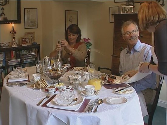 Yew Tree Cottage B&B: Enjoy silver service at breakfast time!