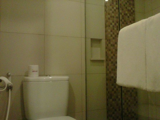 Crystal Kuta Hotel: bathroom