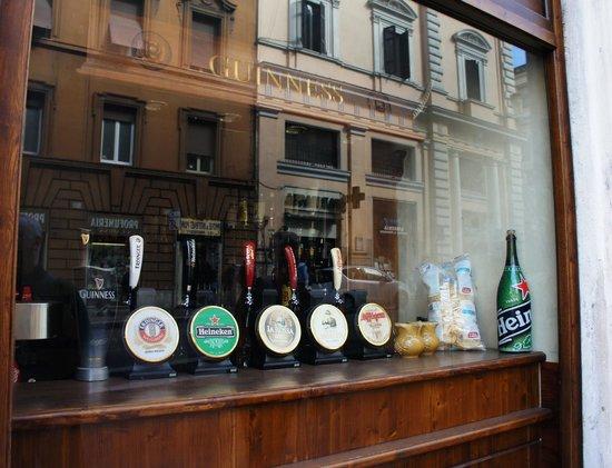 Birreria Moretti: Enticing window display