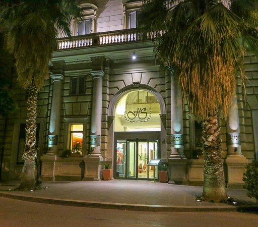Hotel Savoy: Hotel entrance in the evening
