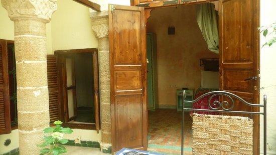 Riad Dar Aida: Notre jolie chambre, vue sur le patio.