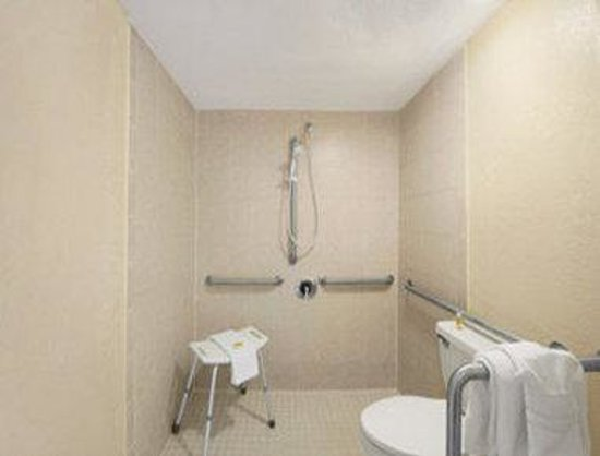 Days Inn Homestead: ADA Bathroom