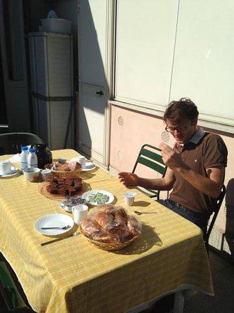Le Terrazze B&B : colazione in terrazza...che spettacolo!!! altro che ritz Carlton
