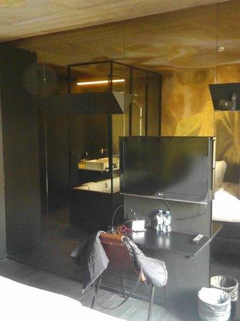 Hotel O  Kathedral: TV und Schreibtisch vor Spiegelwand