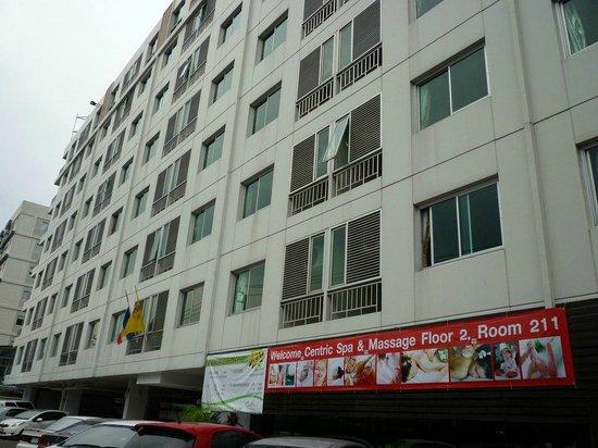 Centric Place Hotel: 建物外観。ホテルというよりアパートの印象。