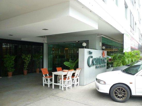 Centric Place Hotel: ホテル入口。ホテル名の看板があってようやくホテルとわかる。