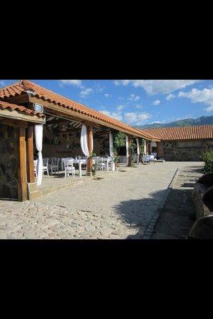 Chateau Copsa: Frokost i gården