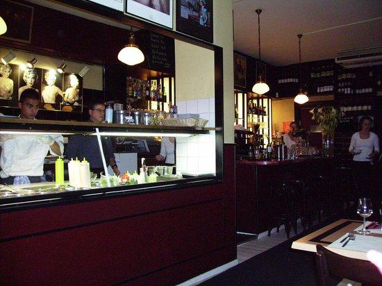Las Brasas : Een open bar en een open keuken .