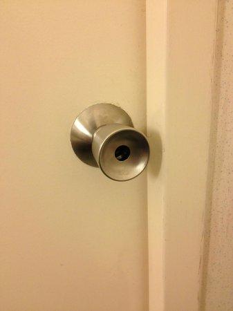 Ibis Archamps Porte de Geneve : Bathroom door without a lock