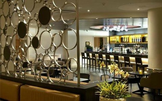 The Metropole Lounge: View of main bar from reception area