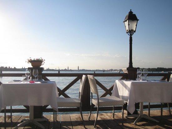 Villa Laguna: Tables en terrasse