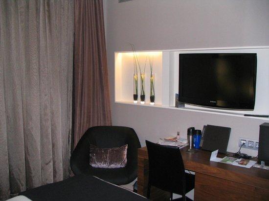 Hotel Espana: Bedroom With Desk, TV And Flower Arrangement
