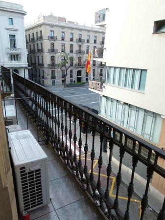 Hostal Orleans: Balkon auf die Nebenstraße