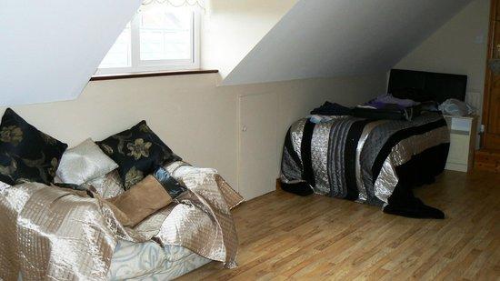 Dolmen House: Le lit d'appoint de la chambre située à l'étage