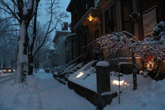 Inn On Carleton: snow covered outside
