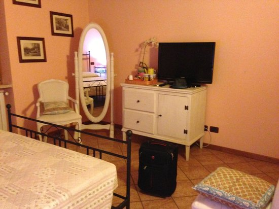 Le Finestre Su Borghetto: nice room, feels like a room in a house rather than a hotel