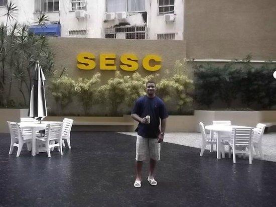 Hotel Sesc Copacabana: Um dos amigos na frente do Sesc
