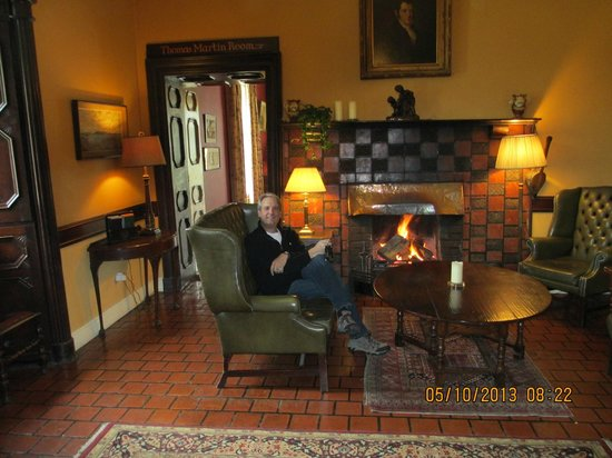 Ballynahinch Castle Hotel: Front Lobby by the Fire