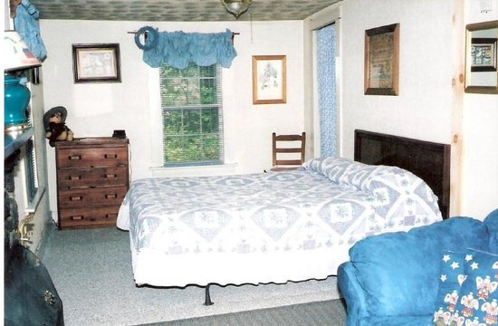 Sunny Brook Cottages: Cottage # 8 Bedroom/Livingroom