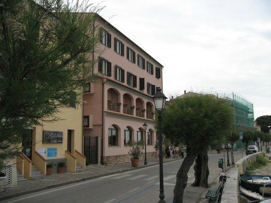 Hotel Marinella: Vue de la rue et la plage