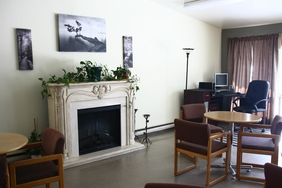 Interior Inn and Executive Suites: Guest computer and seating area