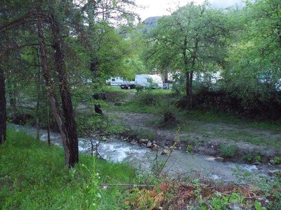 Camping la Ferme de Castellane : Vue depuis la riviére.