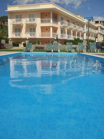 Manolis Apartments: The pool and neighbouring apartment block