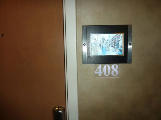 Hotel & Suites Le Dauphin Quebec: Room entrance with individual picture on built-in LCD screen