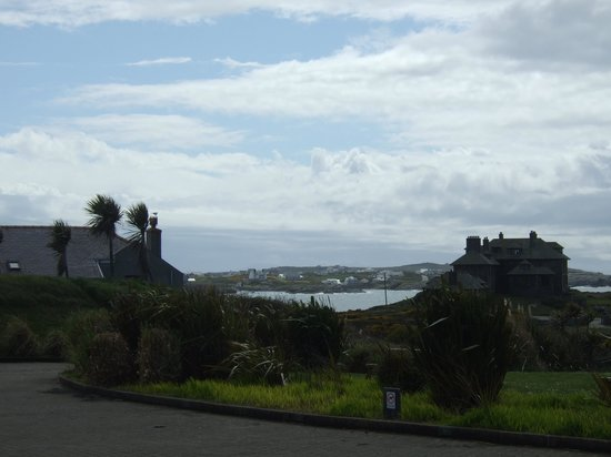 Plas Darien Self-Catering Apartments : This is the view from the top of the path of Trearddur Bay.