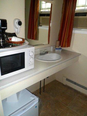Canadas Best Value Inn and Suites: Petit frigo, micro-ondes et cafetière fournis