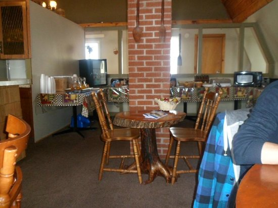 Canadas Best Value Inn and Suites: Salle à manger avec grand choix pour le déjeuner