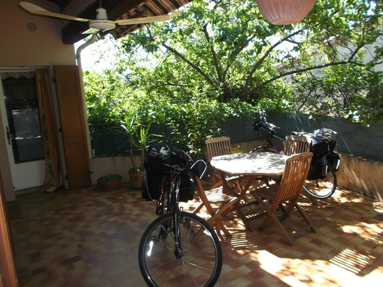 L'Oustaou d'Aqui : Awesome patio available to B&B Guests