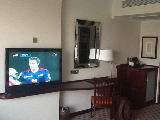 Phakalane Golf Estate Hotel Resort : tv area and bar