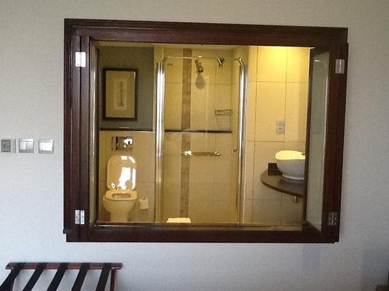 Phakalane Golf Estate Hotel Resort : bathroom view from bed
