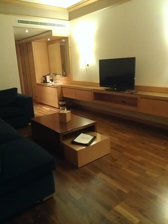 Crowne Plaza Hotel Beirut: Suite - living area