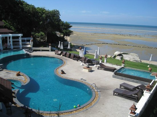 Banburee Resort & Spa: The swimming pool and seaview from the hotel's restaurant.