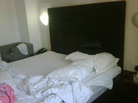 Sapphire Suites: deluxe bed