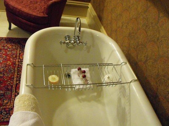 Sanders - Helena's Bed and Breakfast: Great tub!!!