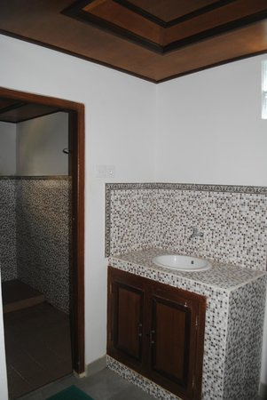 Dewi Antara Homestay: Part of bath room